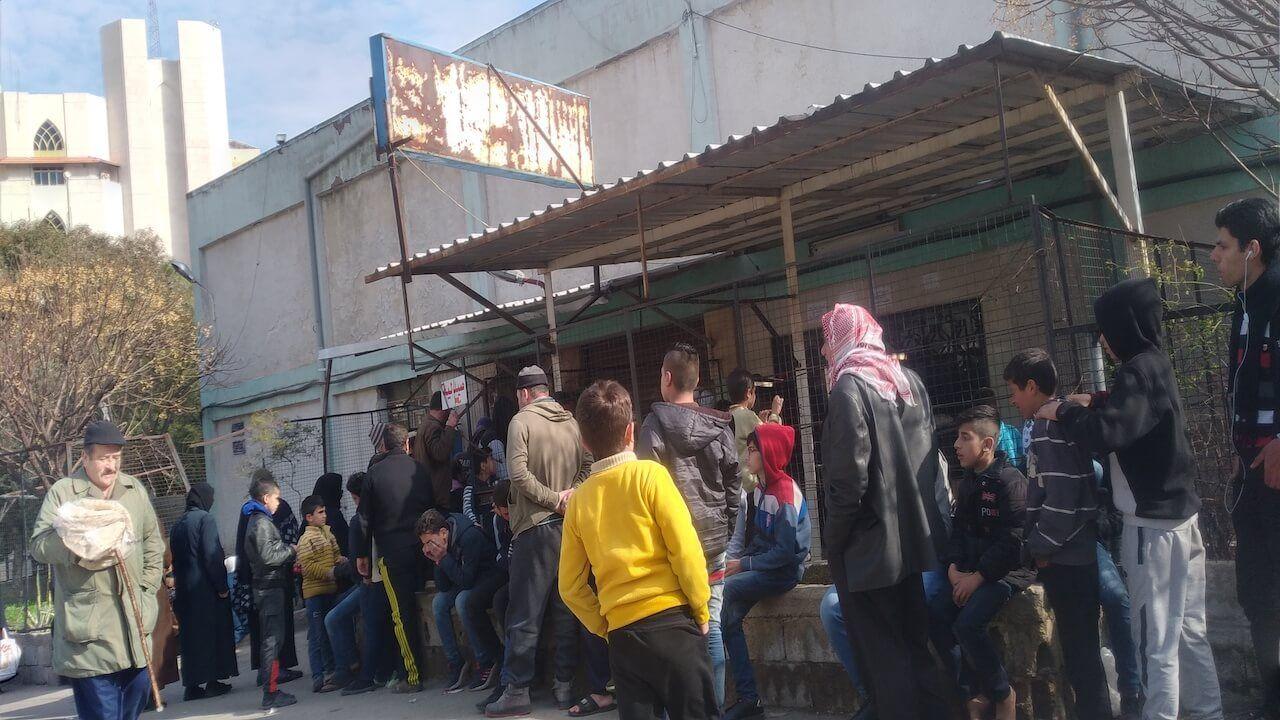 سوريون ينتظرون أمام فرن الخبز