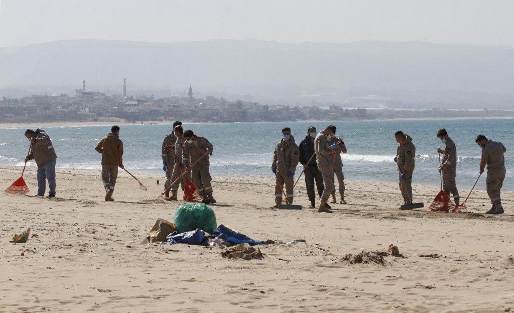 متطوعون ينظفون شاطئ لبنان بعد تسرب نفطي