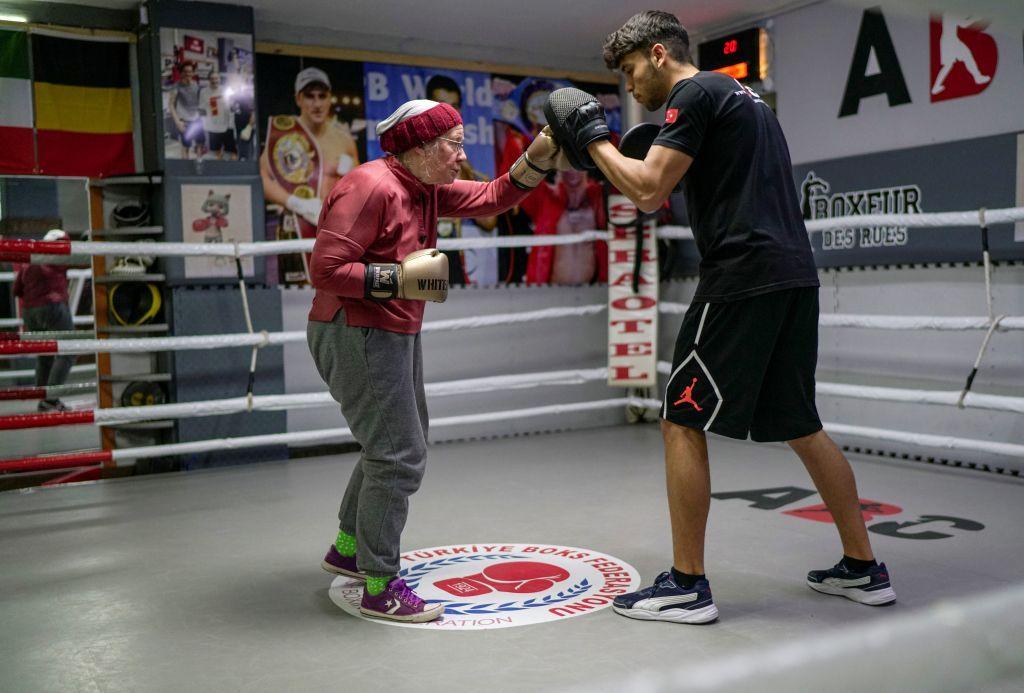 الملاكمة.. سلاح سيدة سبعينية تحارب مرض باركنسون