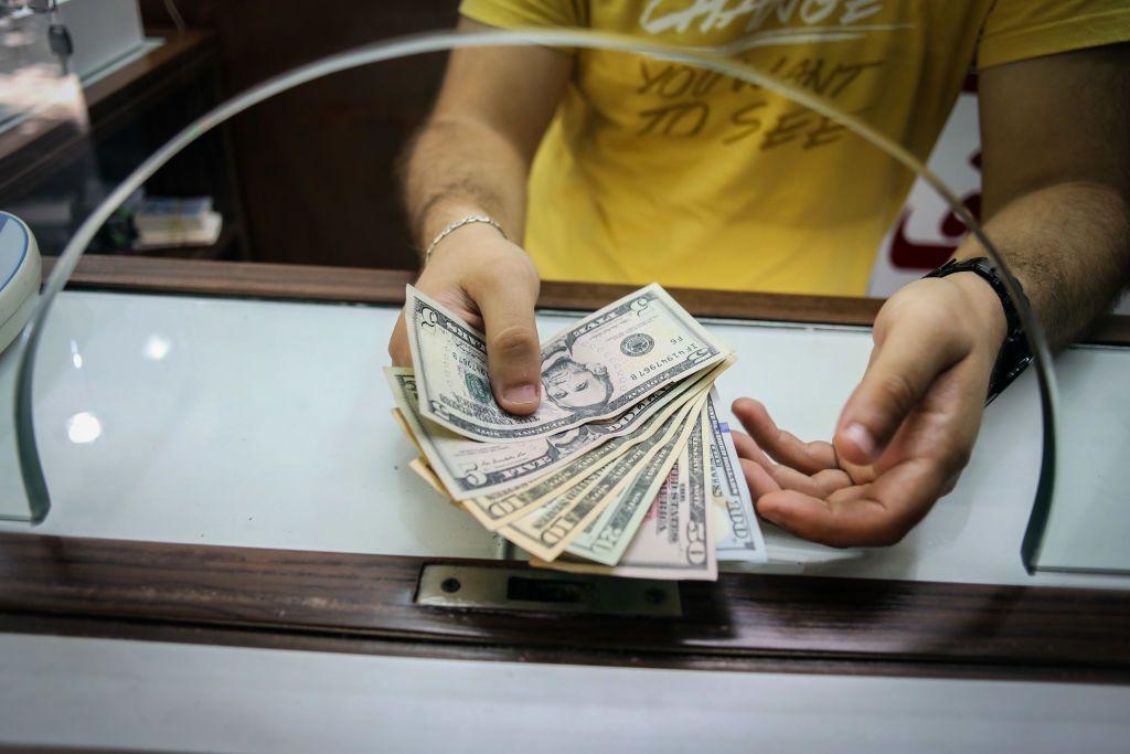 """لبنان يغلي بسبب الدولار.. """"تطبيقاتٌ"""" تدفع الليرة إلى الانهيار"""