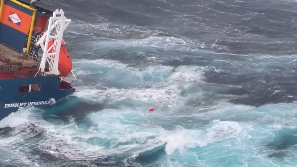 انقاذ طاقم سفينة تتلاعب بها أمواج بحر الشمال بطريقة مرعبة