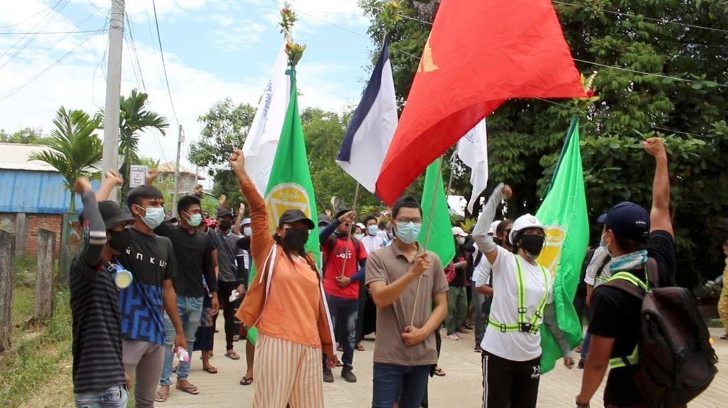 ميانمار تحتج على ضوء الشموع فجرا ضد الانقلاب