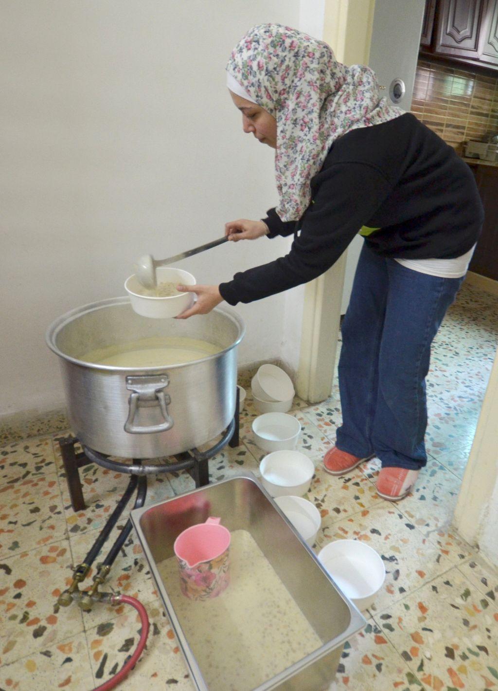"""أردنية تنعم بالحرية في بيع وجبة """"الرشوف"""" التقليدية"""
