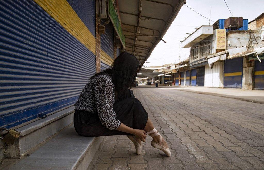 راقصة باليه كردية تبعث الحياة في سوق فارغ في سوريا