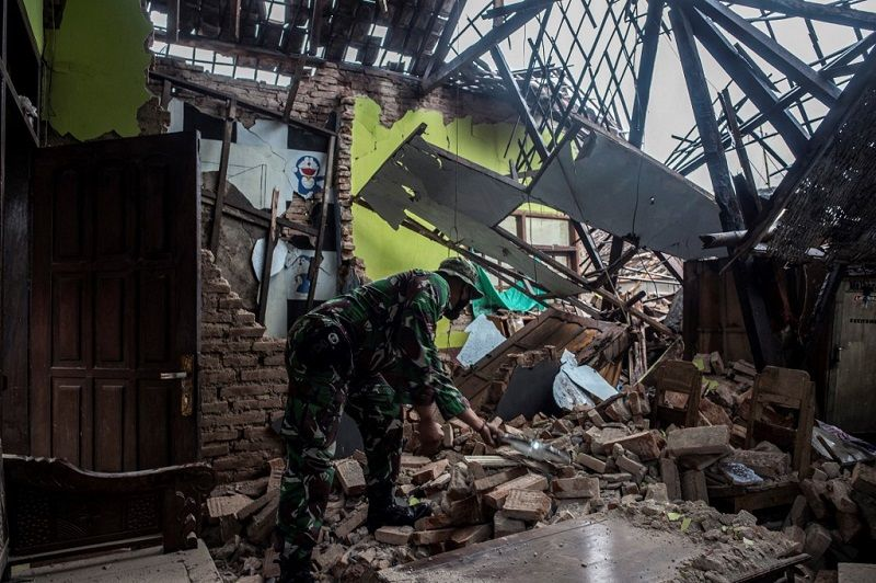 بالصور.. أضرار كبيرة جراء زلزال جاوة ومصرع 7 أشخاص