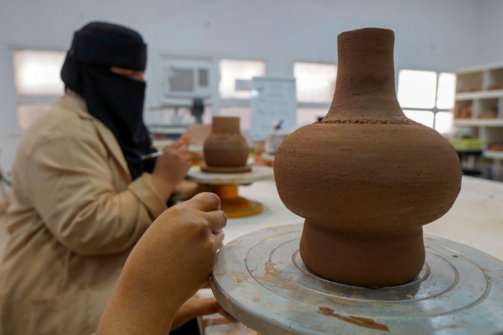 ورش حرفية في مدرسة بالعُلا تشهد بداية جيدة لفتيات في السعودية