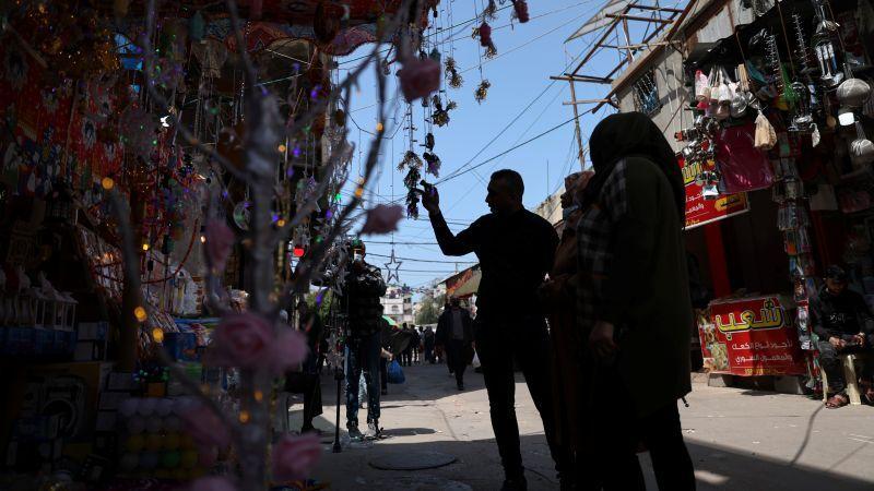 تجار فلسطينيون يأملون بتعويض خسائرهم خلال رمضان