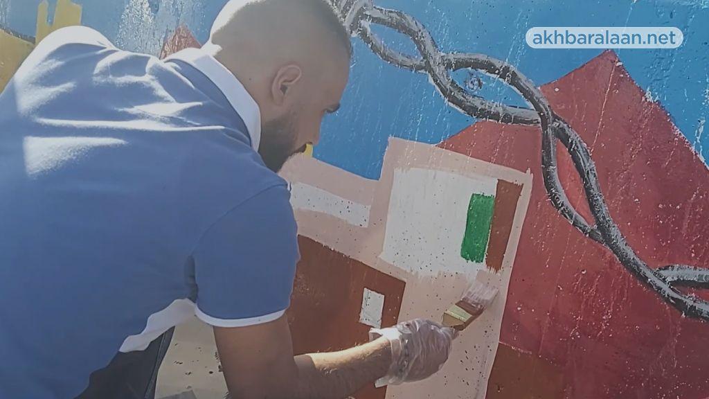 رسامون لبنانيون يخطون أسماء ضحايا 4 آب أمام مرفأ بيروت