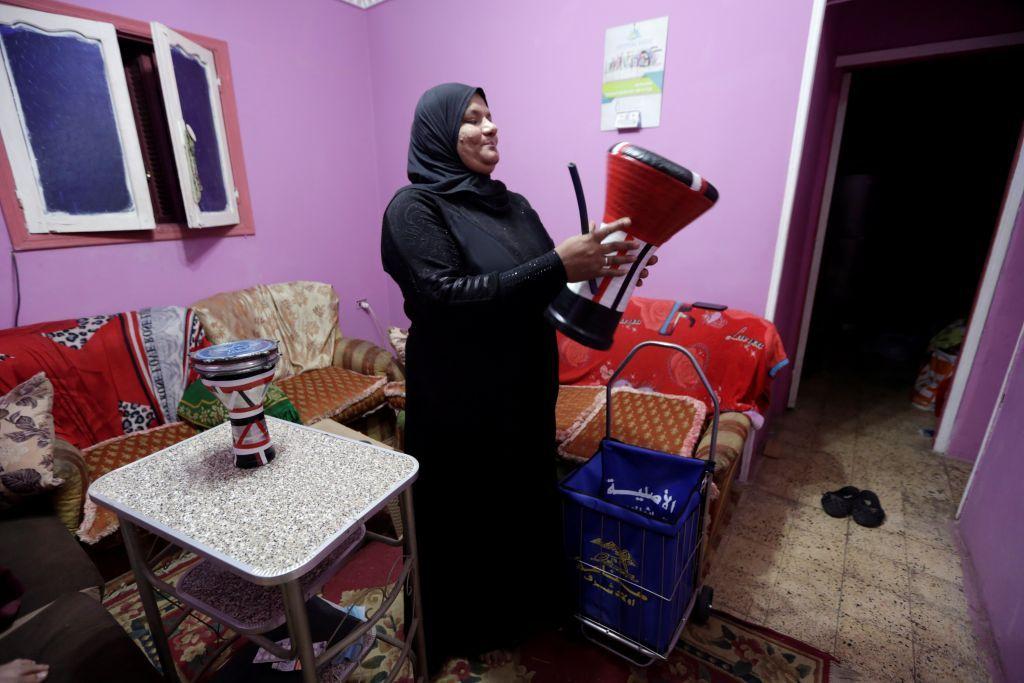 """بالطبلة.. """"مسحراتية"""" تحيي ليالي رمضان وتجوب الأحياء لإيقاظ الناس على السحور في مصر"""