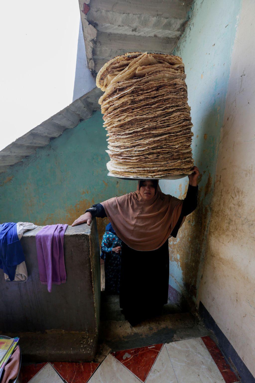 نساء يصنعن الخبز في الريف ويبعنه بالقاهرة في رمضان