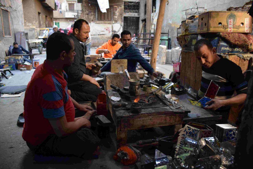 فن صناعة فوانيس رمضان.. المصري يستعيد بريقه بعد الإطاحة بالفانوس الصيني