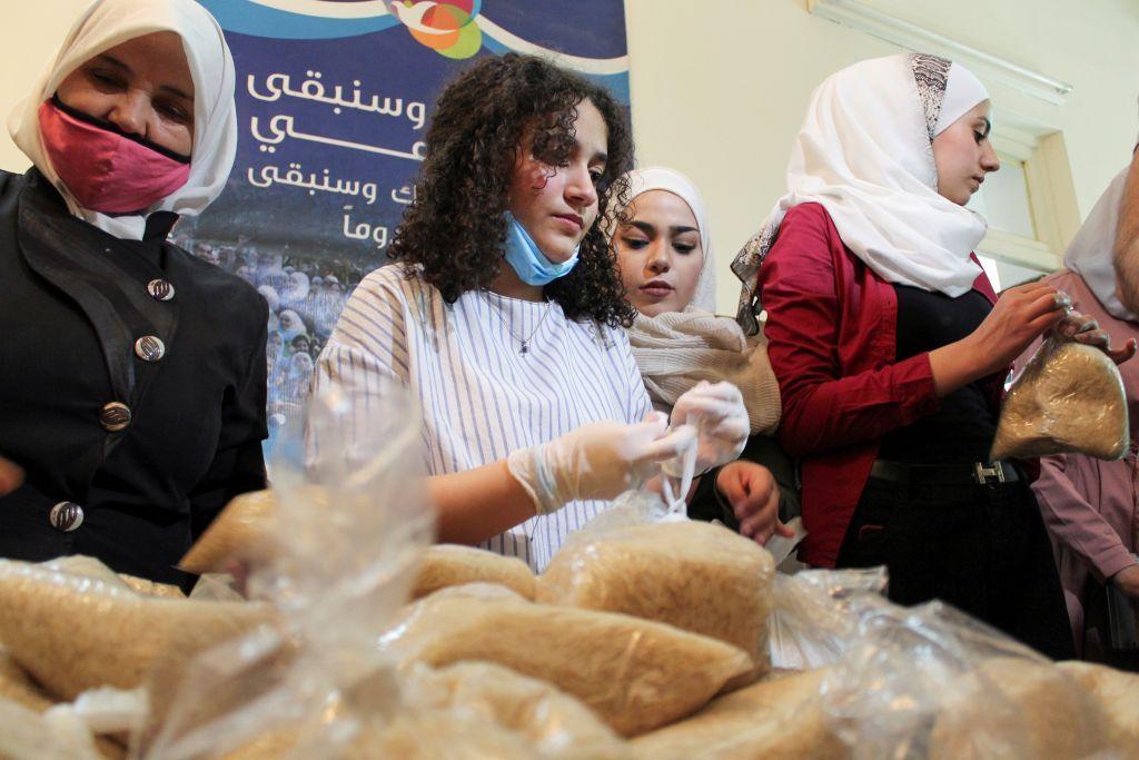 مساعدة للفقراء.. جمعيات خيرية في سوريا توزع الطعام خلال رمضان
