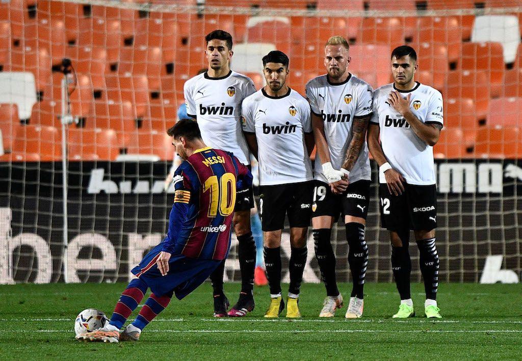 ميسي يتألق بثنائية ويقود برشلونة لعبور عقبة فالنسيا