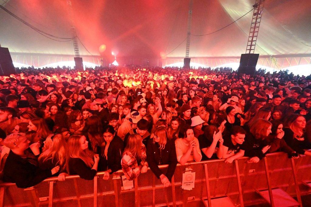 في بريطانيا..دون كمامات أو تباعد.. أكثر من 5 آلاف يجتمعون في حفل موسيقي