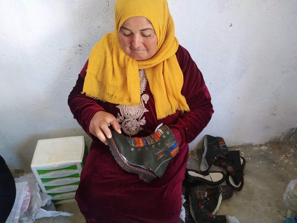 امرأة من أرياف تونس تخيط الأحذية