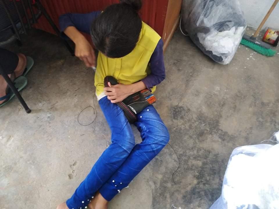 شابة تخيط حذاء لتساعم في لقمة العيش لعائلتها