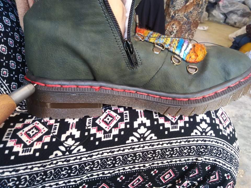 في أرياف تونس.. 15 امرأة يتلقين دورة في خياطة الأحذية