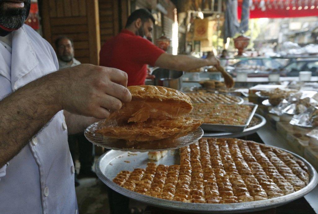 من المعروك إلى القطايف.. حلويات رمضانية تقليدية في سوريا