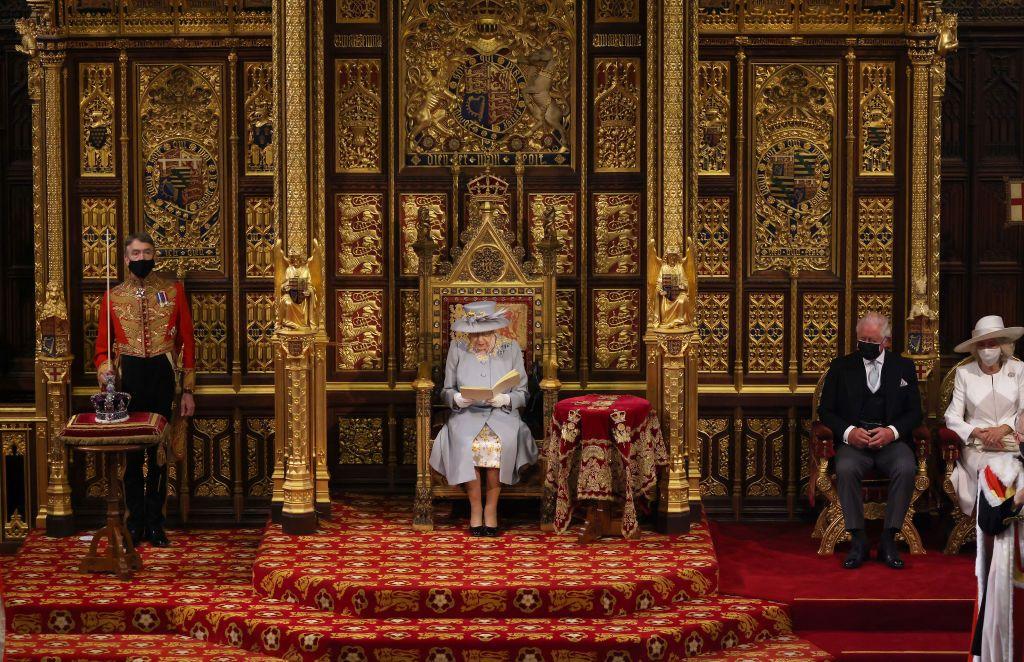 أول ظهور علني لها بعد وفاة زوجها.. الملكة إليزابيث تبعث برسالة أمل
