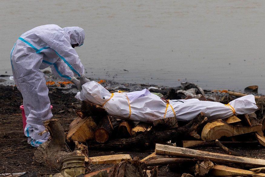 دفن إحدى ضحايا فيروس كورونا