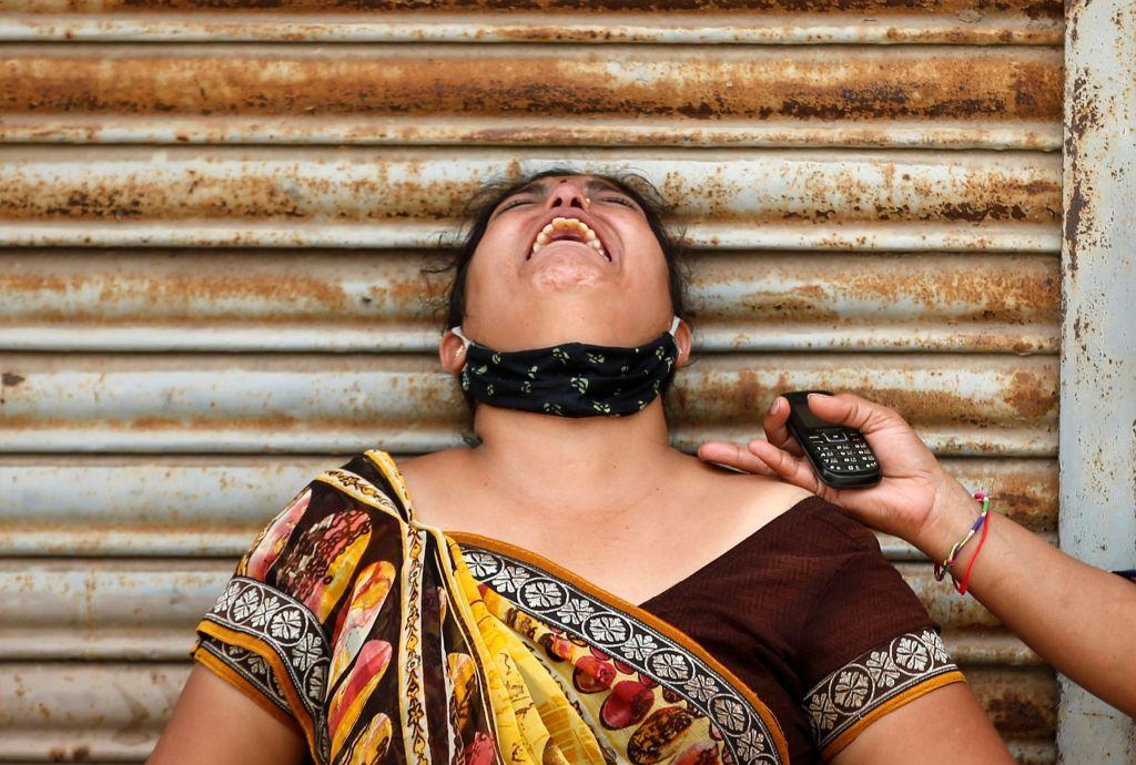 امرأة حزينة على وفاة زوجها بسبب فيروس كورونا