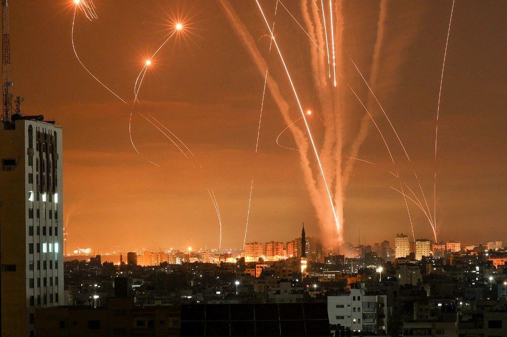 نشرت وكالة الصحافة الفرنسية صوراً تظهر صواريخ منطلقة نحو إسرائيل تابعة لحركة حماس في وقت كانت القبة الإسرائيلية تحاول اعتراض الصواريخ.