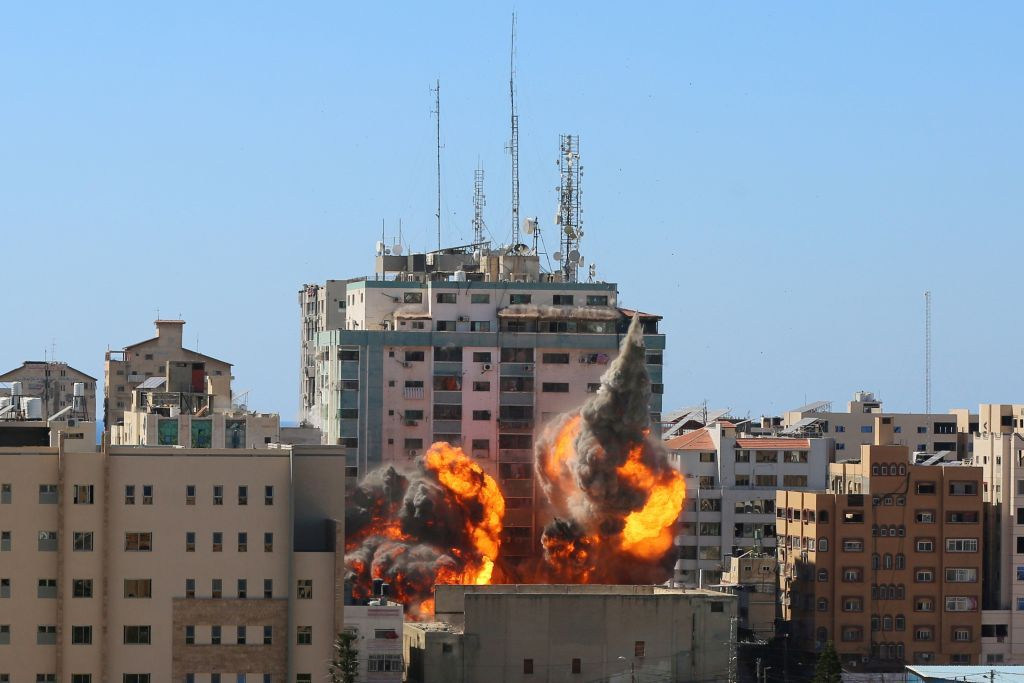 إسرائيل تُدمّر مبنى في غزة يضم مكاتب وسائل إعلام