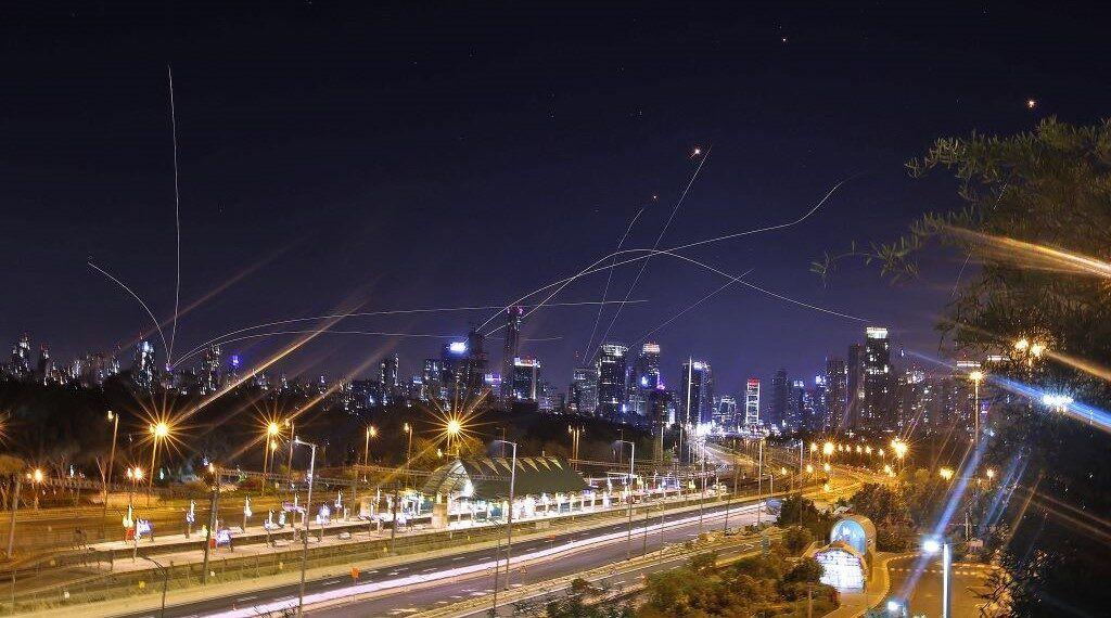 رشقة جديدة من صواريخ غزة نحو إسرائيل..ونتانياهو: سنواصل القصف