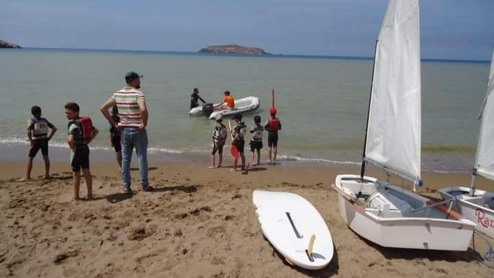 أطفال في دورة التدريب على الألواح الشراعية في شاطىء رشقون