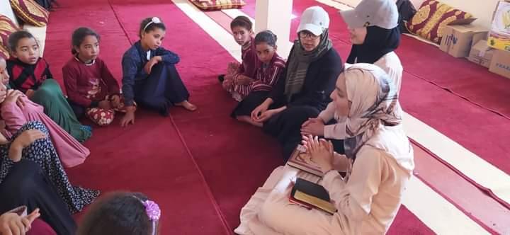 متطوعون يعطون درس توعية من الهدر المدرسي لأطفال تاكولمت بالمغرب