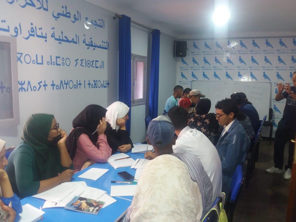 شباب مغاربة يتلقون دروسًا خصوصية