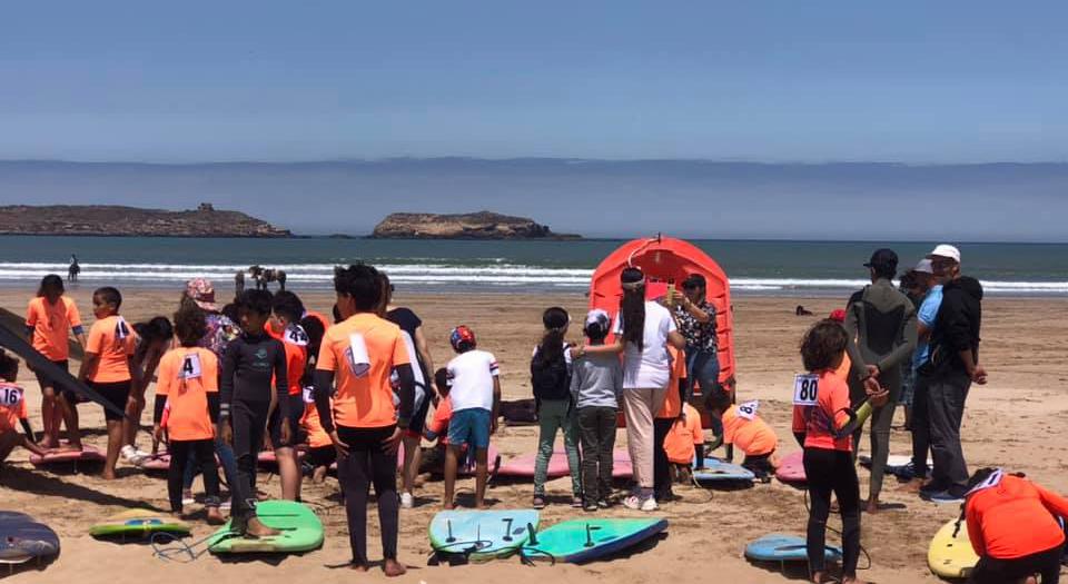 أطفال على شاطىء الصويرة خلال تظاهرة رياضية