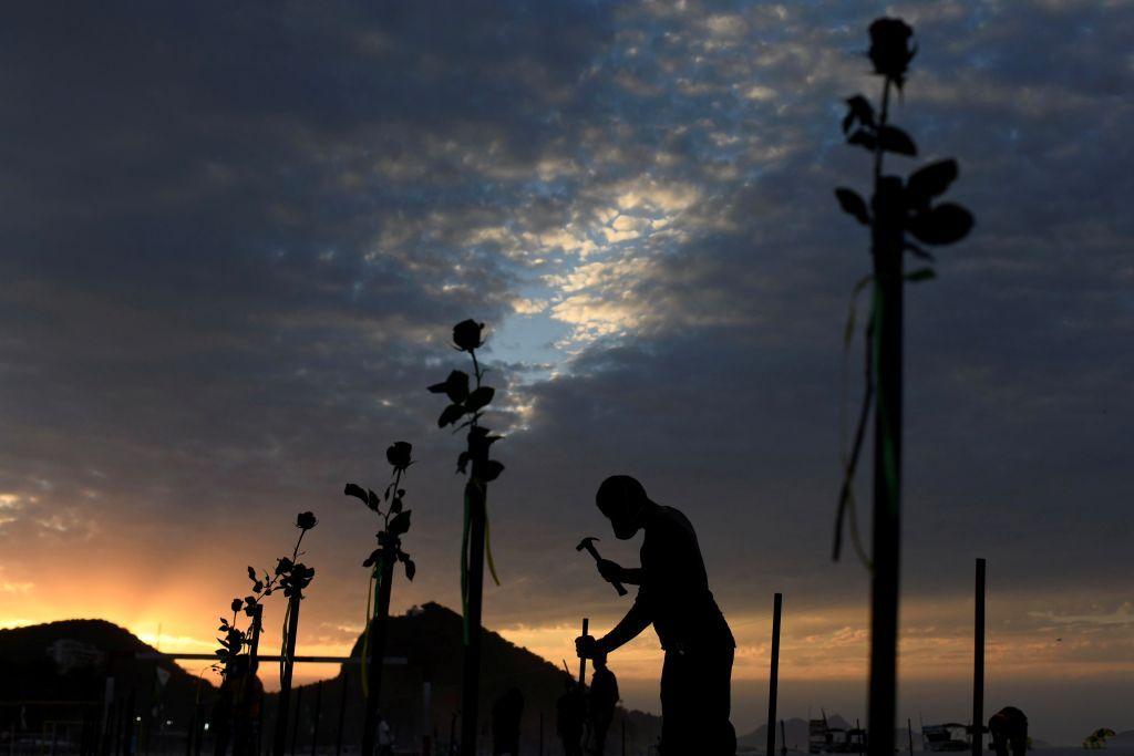 على شاطئ كوباكابانا.. نشطاء يحتجون على ارتفاع وفيات كوفيد 19