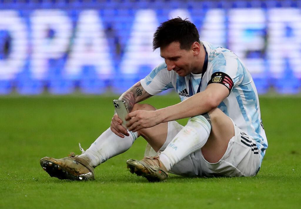 ميسي يفاجئ مُعمِّراً أرجنتينياً سجّل أهدافه في دفتر ملاحظات