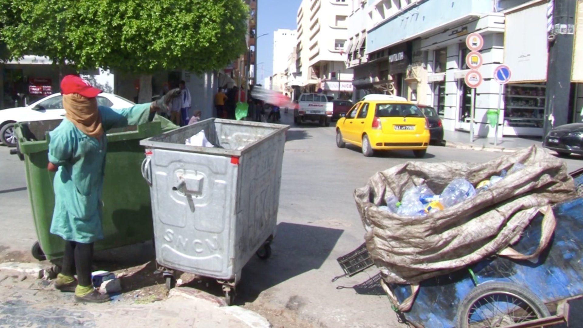 الشابة خيرة من تونس وهي بصدد جمع البلاستيك