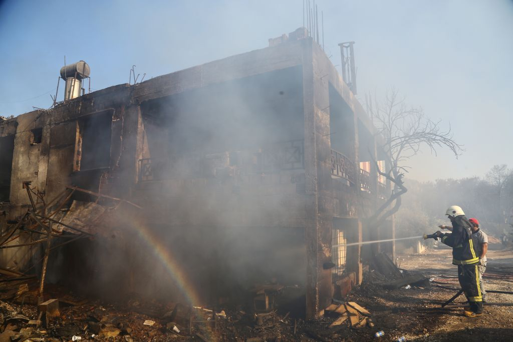 بالصور.. حريق مدمر في منتجع سياحي جنوب تركيا