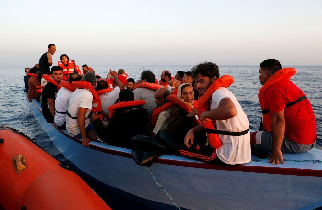 إنقاذ مهاجرين إلى إيطاليا بعد تعرضهم لإصابات إثر احتراق سفينتهم