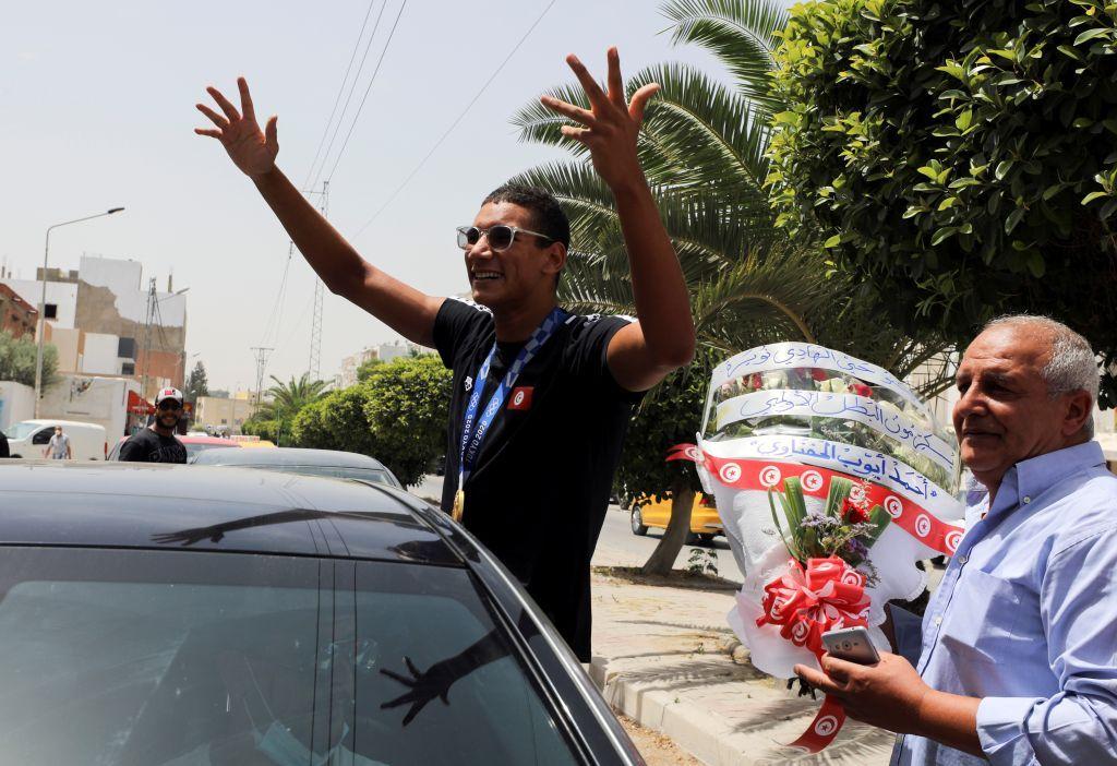 بالصور.. استقبال كبير للبطل الأولمبي أحمد أيوب الحفناوي في مطار تونس