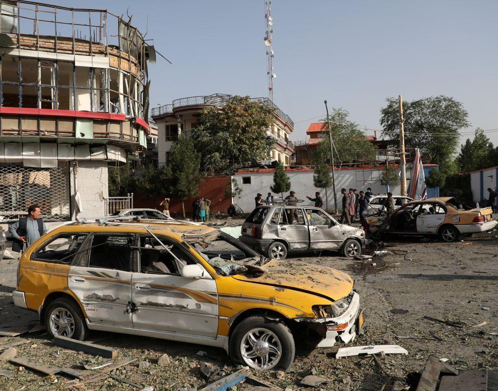 بالصور.. سقوط جرحى في انفجار لغم على جانب طريق في كابول
