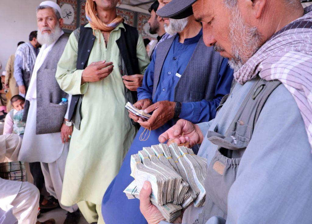 بعد استيلاء طالبان على الحكم.. متاجر الصرافة في أفغانستان تشكو نقصا في السيولة