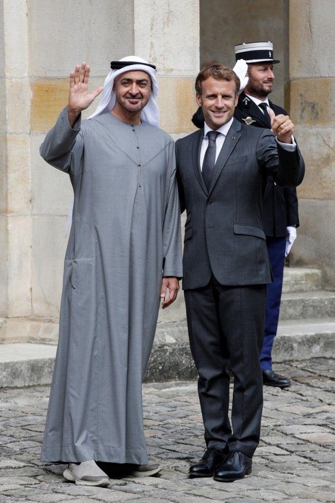 الشيخ محمد بن زايد يلتقي ماكرون في مدينة فونتين بلو الفرنسية