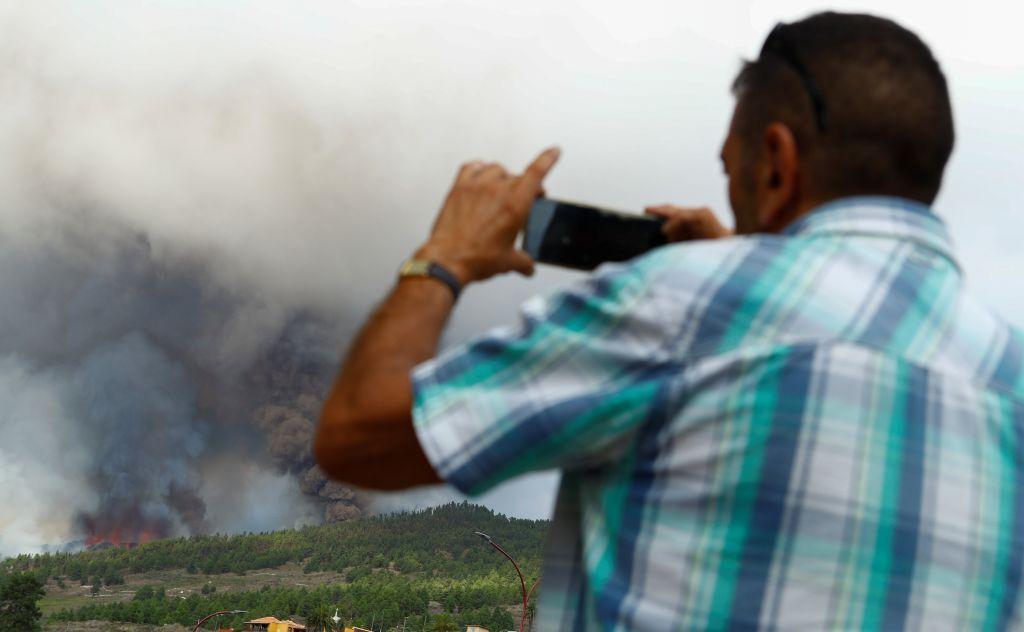 """للمرة الأولى منذ نصف قرن.. ثوران بركان """"كومبري فييخا"""" في لابالما"""