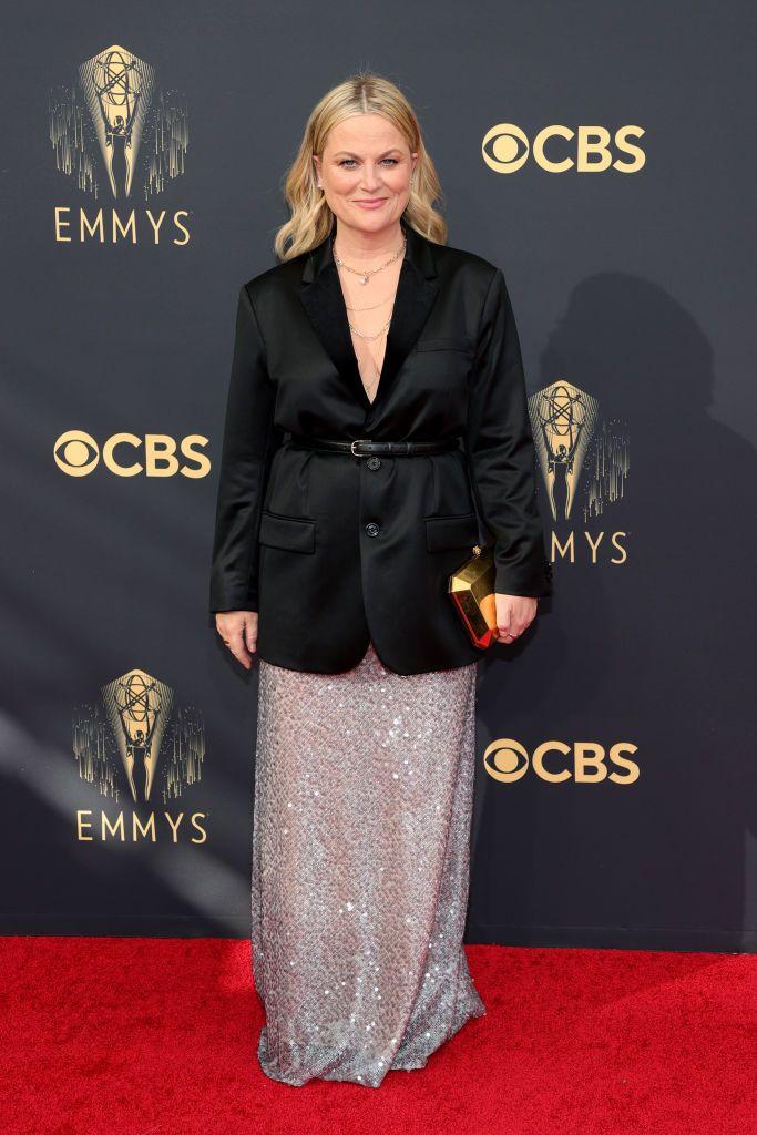"""أغرب لقطات جوائز إيمي 2021.. الرجال يرتدون """"الفساتين"""" و""""البدل"""" زي النساء"""