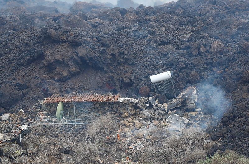 حمم بركان جزر الكناري تدمر المنازل وتدفع الآلاف للفرار
