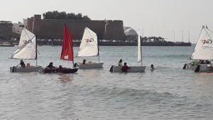 قوارب شراعية في مسابقة وتظاهرة رياضية في الحمامات بتونس