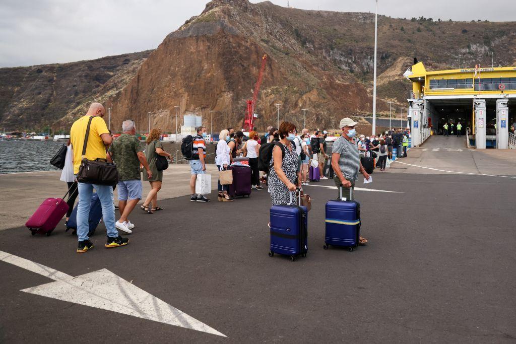 بالصور.. الحمم البركانية تغلق مطار جزيرة لابالماوعمليات الإجلاء مستمرة