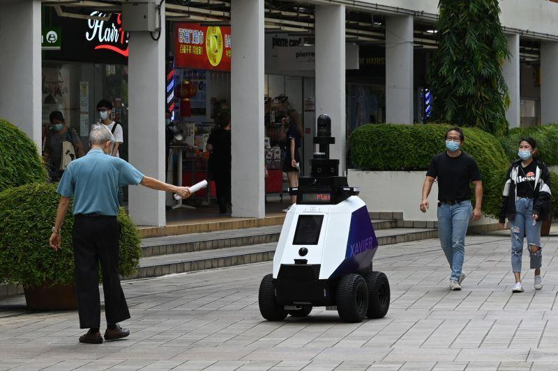 روبوتات تراقب سلوك المارة في سنغافورة وانتقادات لانتهاكها الخصوصية