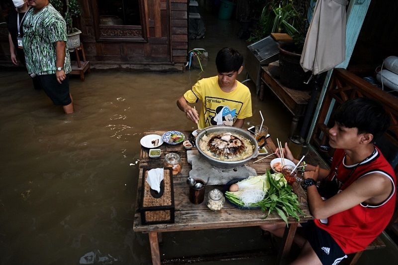 تايلاند.. مطعم تغمره مياه الفيضانات يجذب الزبائن في بانكوك