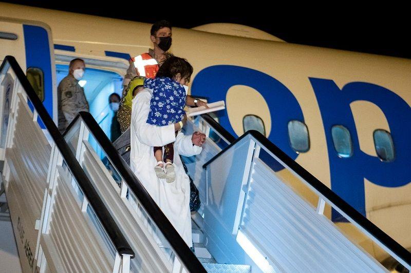 بالصور.. وصول ثاني رحلة تقل لاجئين أفغاناً من باكستان إلى إسبانيا