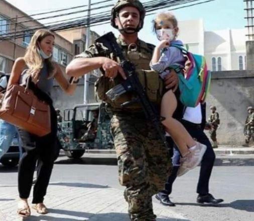 بعد عودة صور الحرب للأذهان جراء اشتباكات بيروت.. الجيش يحتضن الأطفال (صور)